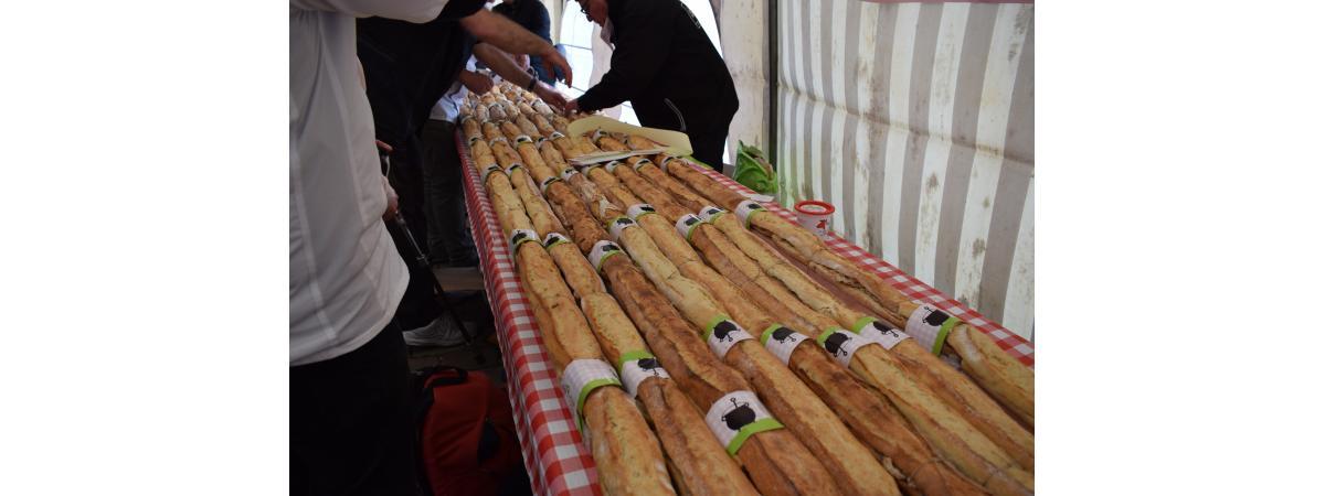 Préparation du plus long sandwich aux rillettes du monde